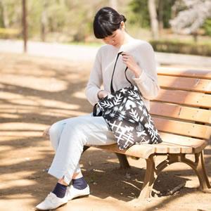 サーナ ヤ オッリ(SAANA JA OLLI)キャンバスバッグS ノースランド【北欧雑貨/フィンランド】ブラックの使用画像