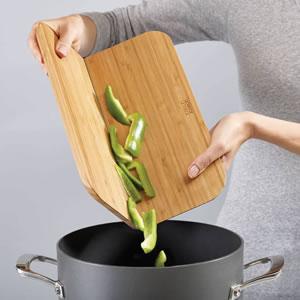 ジョセフジョセフ(josephjoseph)チョップ2ポット バンブー ラージ【まな板/おしゃれ】の調理画像