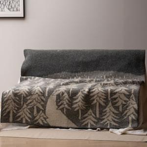 クリッパン(KLIPPAN)ウールブランケット FOREST シングル W130×L180cm【北欧雑貨】グレーのソファー使用画像