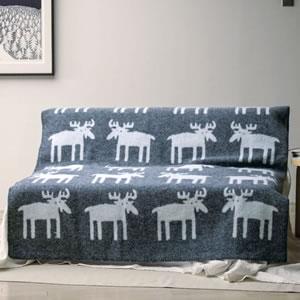 クリッパン(KLIPPAN)ウールブランケット ムース シングル W130×L180cm【北欧雑貨】グレーのソファー使用画像