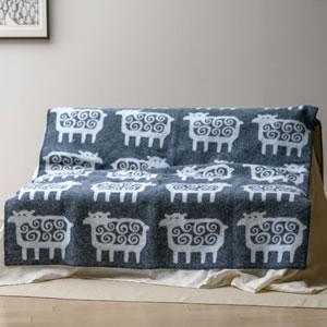 クリッパン(KLIPPAN)ウールブランケット ヒツジ シングル W130×L180cm【北欧雑貨】グレーのソファー使用画像