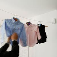 室内物干し 4m【おしゃれ/洗濯用品/デザイナーズ雑貨】の使用画像(子供服取り入れ時)