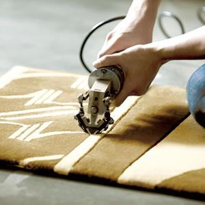 スミノエのラグマット ボーン(BONE)【おしゃれ/北欧デザイン】のカービング加工時の画像