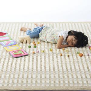 スミノエのラグマット クロス(CLOTH)【おしゃれ/北欧デザイン】に子供が寝ている画像