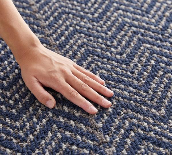 ラグマット ツイード・ヘリボン(TWEED herringbone)【通年/おしゃれ/インテリア】ネイビー 190×190cmの手触り画像