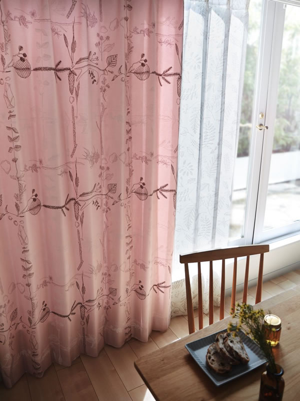 サーナ・ヤ・オッリ カーテン アフター ザ ストーム 1枚入【北欧デザイン】ピンクの使用画像