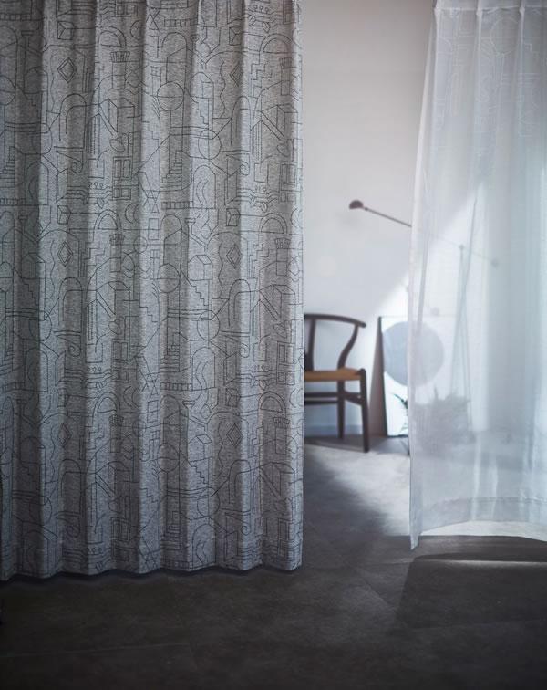 サーナ・ヤ・オッリ 遮光カーテン ハウス オブ ドリーミング 1枚入【北欧デザイン】ブラックの使用画像