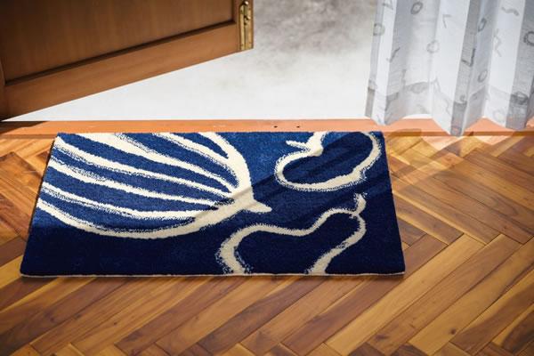 サーナ・ヤ・オッリ 玄関マット ランド オブ ハピネス【北欧デザイン】ブルーの使用画像