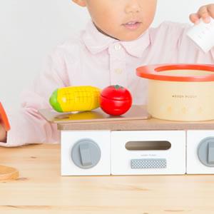 ウッディプッディ おなべとフライパンセット【おもちゃ/キッズ/ギフト】のにぎる画像