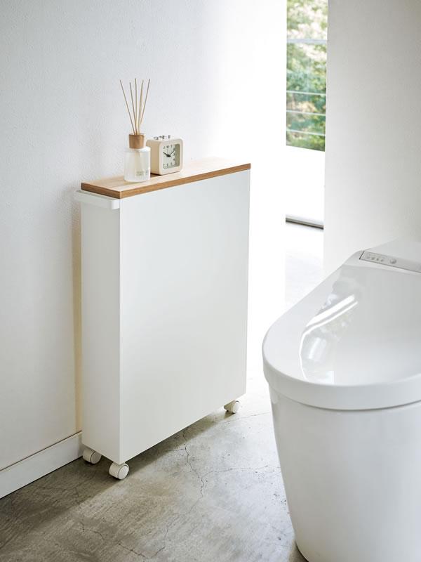 ハンドル付きスリムトイレラック タワー【収納用品/おしゃれ】ホワイトの使用画像