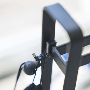 ペダルなし自転車&ヘルメットスタンド タワー【玄関収納/ストライダー/おしゃれ】ブラックの使用画像
