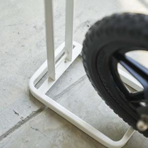 ペダルなし自転車&ヘルメットスタンド タワー【玄関収納/ストライダー/おしゃれ】ホワイトのかき混ぜ画像