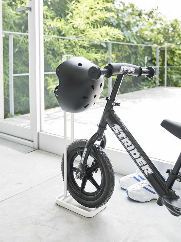 ペダルなし自転車&ヘルメットスタンド タワー【玄関収納/ストライダー/おしゃれ】ホワイトの使用画像