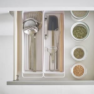 ハンドル付きスリムグラス&マグ収納 タワー【キッチン収納/おしゃれ】ホワイトのかき混ぜ画像