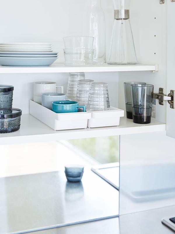 ハンドル付きスリムグラス&マグ収納 タワー【キッチン収納/おしゃれ】ホワイトの使用画像