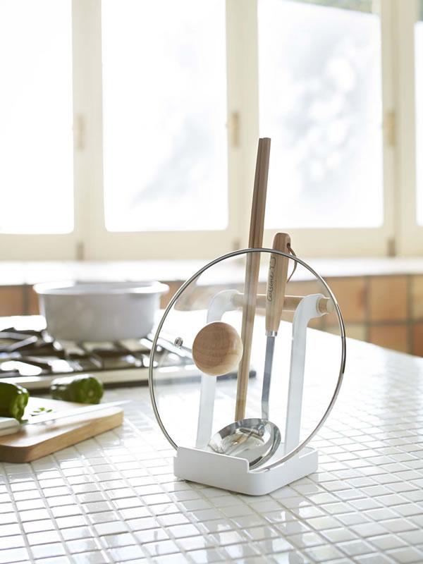 お玉&鍋ふたスタンド トスカ(tosca)【キッチン収納/おしゃれ】ホワイトの使用画像