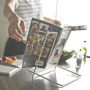 レシピスタンド タワー【キッチン雑貨/おしゃれ】ホワイトの料理本使用画像