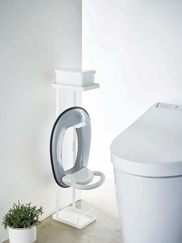 補助便座スタンド タワー【トイレ収納/おしゃれ】ホワイトの使用画像