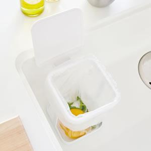 蓋付きポリ袋エコホルダー タワー【キッチン雑貨/ゴミ箱/おしゃれ】ホワイトのシンク設置画像