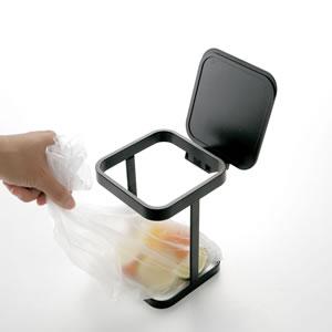 蓋付きポリ袋エコホルダー タワー【キッチン雑貨/ゴミ箱/おしゃれ】ブラックのゴミ袋取り出し画像