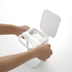 蓋付きポリ袋エコホルダー タワー【キッチン雑貨/ゴミ箱/おしゃれ】ホワイトのゴミ袋取り付け画像