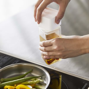 詰め替え用調味料ボトル タワー【キッチン収納/おしゃれ】ホワイトの使用詳細画像