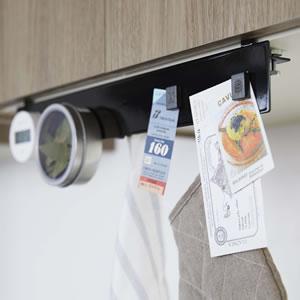 戸棚下フック付きマグネットボード タワー【キッチン収納/おしゃれ】ブラックの使用画像
