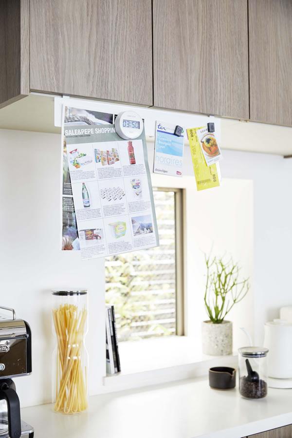 戸棚下フック付きマグネットボード タワー【キッチン収納/おしゃれ】ホワイトの使用画像