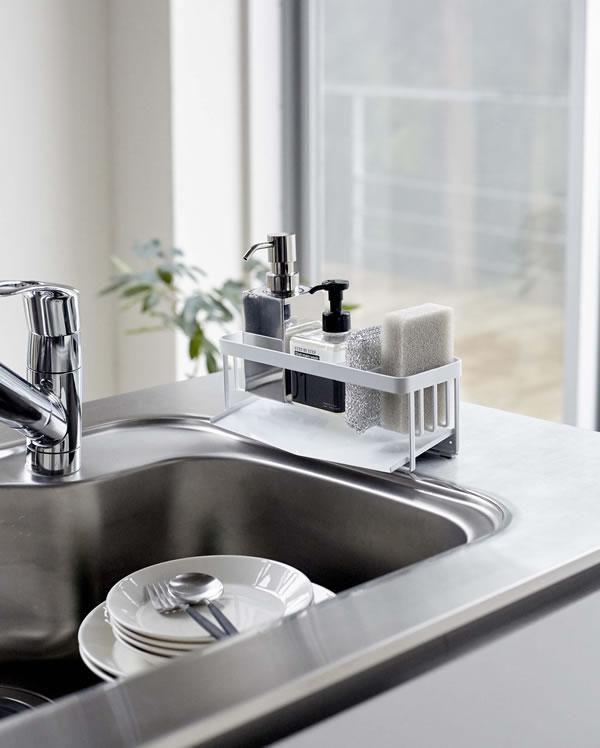 水が流れるスポンジ&ボトルホルダー タワー【キッチン収納/おしゃれ】ホワイトの使用画像