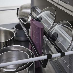 シンク下伸縮鍋蓋収納バーセット タワー【キッチン収納/おしゃれ】ブラックの使用画像