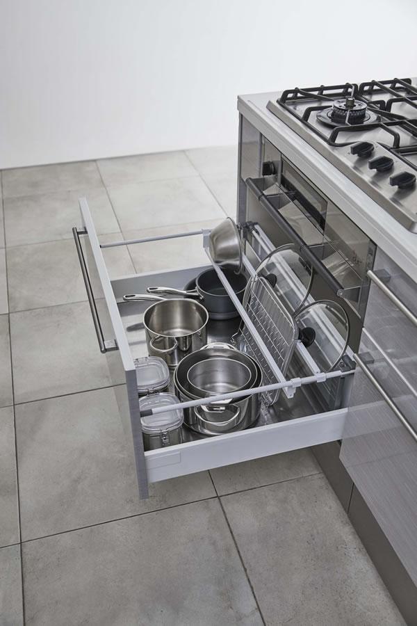 シンク下伸縮鍋蓋収納バーセット タワー【キッチン収納/おしゃれ】ホワイトの使用画像