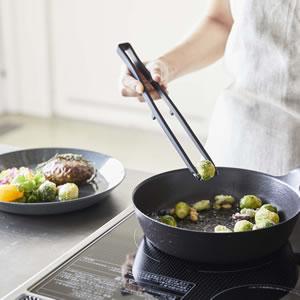 シリコーン菜箸トング タワー【調理器具/おしゃれ】ブラックの使用画像