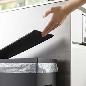 スリム蓋付きゴミ箱 タワー【キッチン収納/おしゃれ】ブラックの使用画像